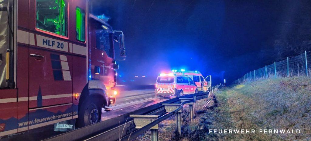 Einsatzfahrzeuge von Feuerwehr und Rettungsdienst an der Unfallstelle