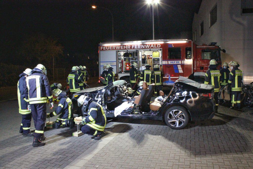 Übung der Feuerwehr mit einem PKW der Marke Subaru
